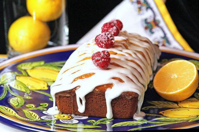 Лимонов сладкиш с бяла шоколадова глазура