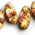 Печени пълнени картофи със зелен лук, яйца и бекон