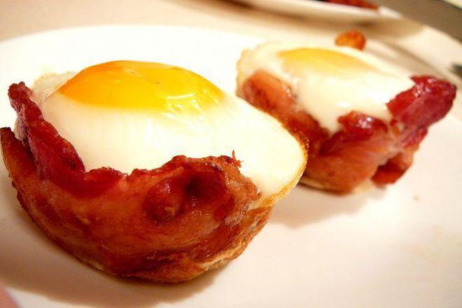 Мъфини от хляб с яйца и бекон