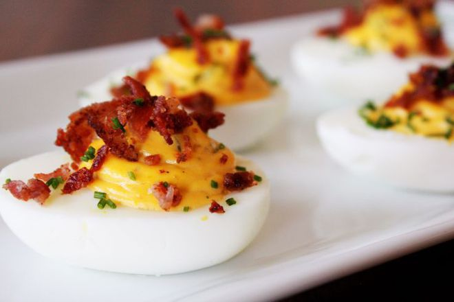Пълнени яйца със сирене, горчица и бекон