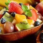 Плодова салата от ябълки с ягоди, киви и праскови