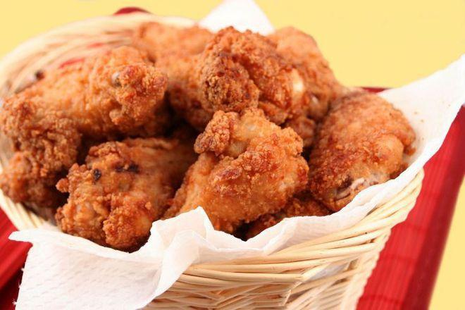 Панирани пилешки бутчета и крилца с корнфлейкс