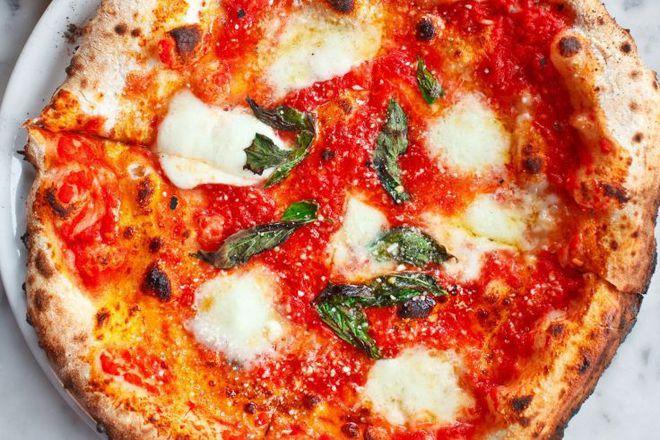 Пица с моцарела, пармезан и босилек