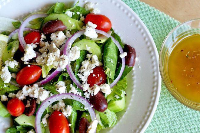 Зелена салата с червен лук и маслини