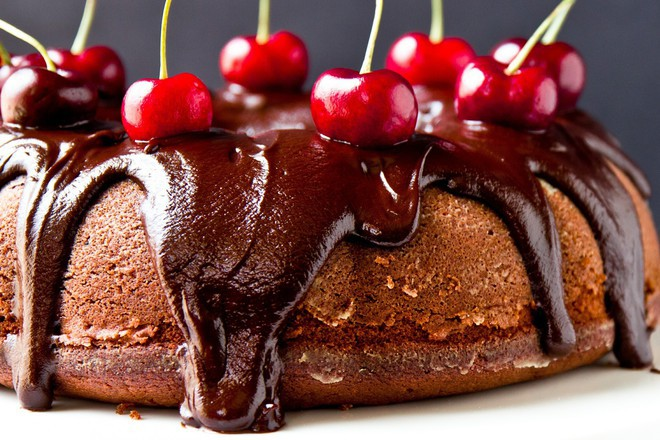Шоколадов кекс с шоколадова заливка и череши
