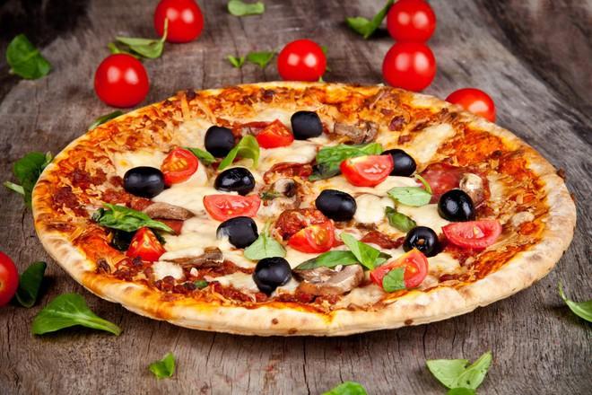 Пица с моцарела, гъби и маслини