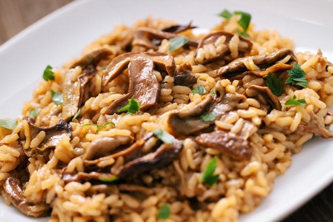 Гъби с ориз и лук