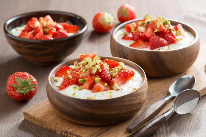 Йогурт с ягоди и шамфъстъци