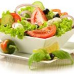 Зелена салата с червен лук, маслини и моцарела