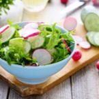 Зелена салата с краставици, репички и лимонов сок