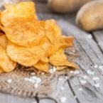 Домашен картофен чипс с морска сол и червен пипер