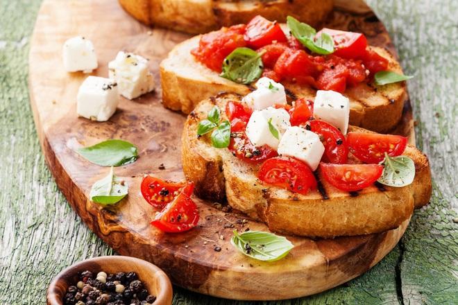 Печени филийки с чери домати и биволско сирене
