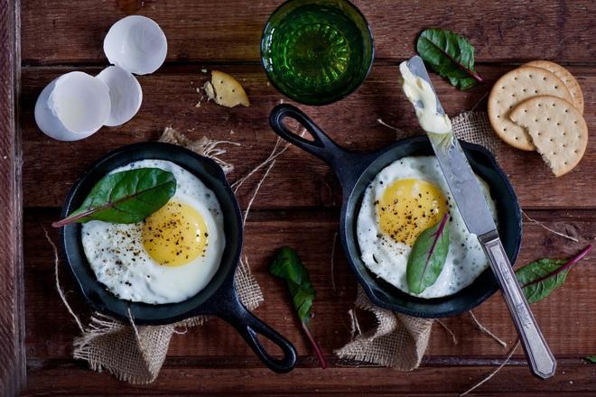 Яйца на очи с масло и черен пипер