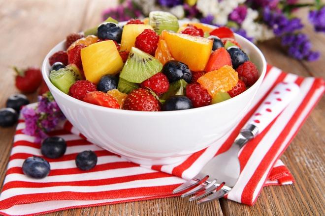 Плодова салата с нектарини, киви и горски плодове