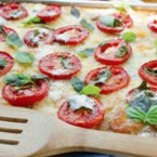 Пица с домати, моцарела, пармезан и босилек