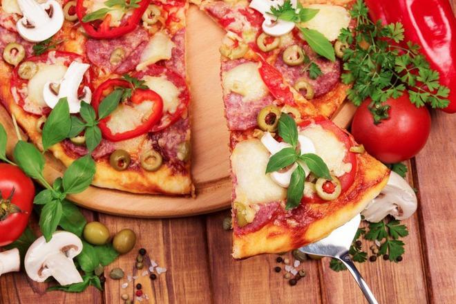 Пица с моцарела, зелени маслини, босилек и салам
