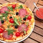Пица със салам, маслини, рукола и чери домати