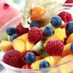 Плодова салата с праскови, малини, боровинки и физалис