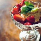 Плодова салата от ягоди с ментов сладолед