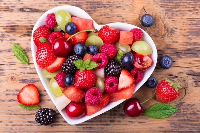 Плодова салата с грозде, диня и череши