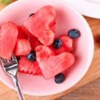 Плодова салата сърце от диня и боровинки