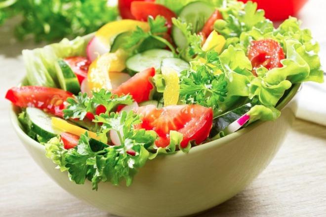 Зелена салата с краставици, домати, репички и жълти чушки