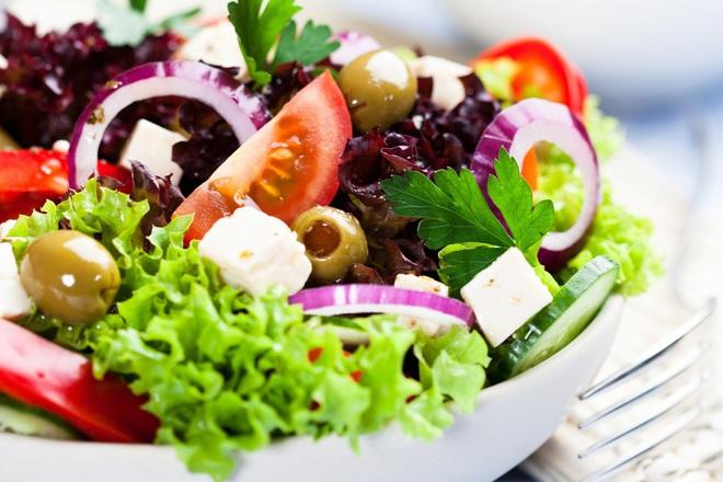 Салата от зелена и червена маруля с домати, краставици, лук и маслини