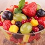 Плодова салата от грозде, ягоди и касис
