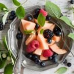Плодова салата от пъпеш с малини, къпини и боровинки