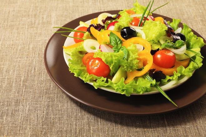 Зелена салата с жълти чушки и чери домати