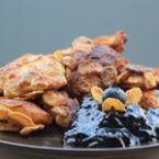Панирани пилешки филенца със сос от боровинки
