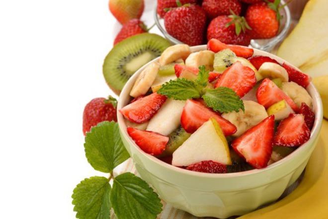Плодова салата от круши с банани, ягоди и киви