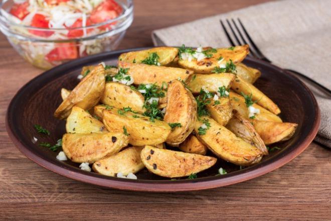 Пържени картофи по селски с копър и чесън