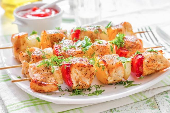 Мариновани пилешки шишчета с жълти, червени чушки и лук