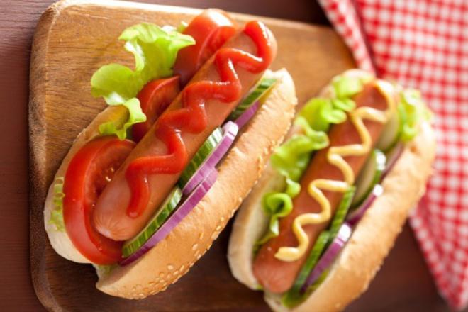Сандвич с кренвирш, домати, краставици и червен лук