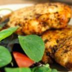 Пилешки гърди със свежа салата