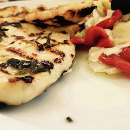 Large pileshko file na skara sas salata pecheni chushki