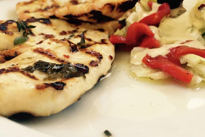 Пилешко филе на скара със салата и печени чушки