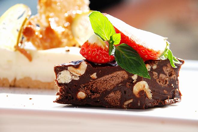 Шоколадов фъдж с ядки и бисквити
