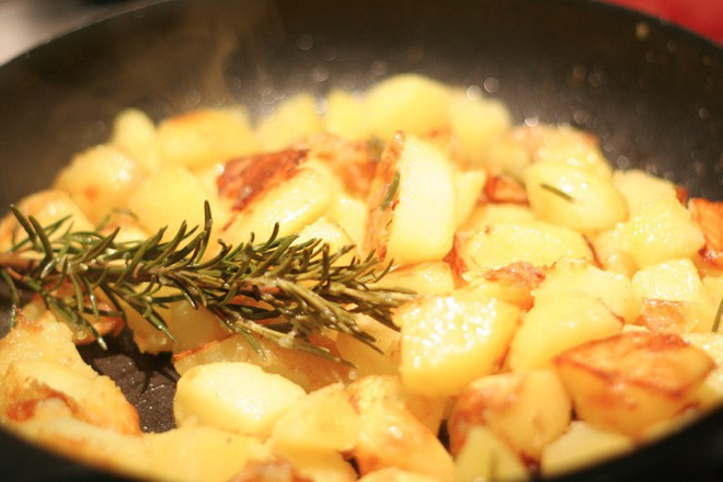 Задушени картофи на тиган с розмарин