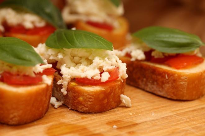 Брускети със сирене и домати