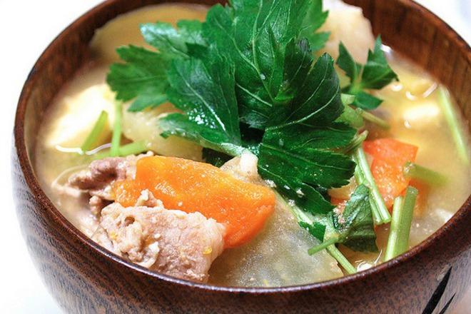 Мисо супа със свинско и зеленчуци