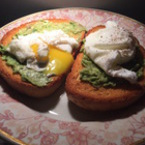 Сандвич с поширани яйца и авокадо