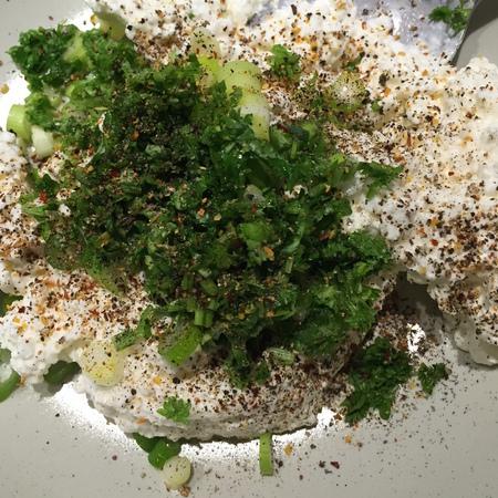 Large salata s tsedeno kiselo mlyako