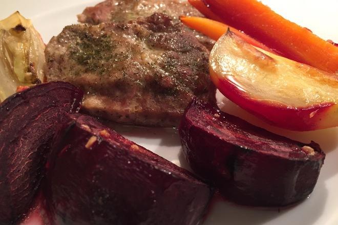 Крехко свинско с печени зеленчуци
