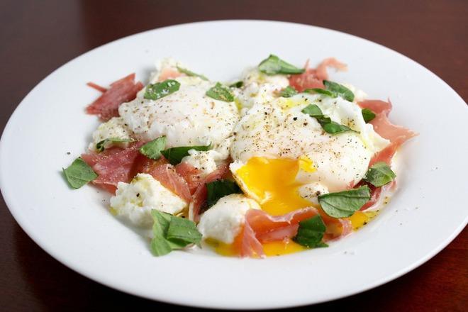 Яйца на очи с ементал и прошуто