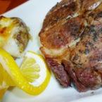 Свински вратни пържоли с чесън и дръжки от магданоз