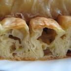 Сиропирана сладка баница с кексова плънка и банан