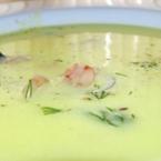 Крем супа, гарнирана със скариди.