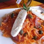 Салата от моркови и козе сирене